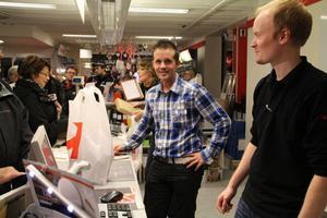 Vd Lars Lindh och butikschef Tomas Mårtens fick det hett om öronen. På onsdag kväll invigdes Elektras butik i Edsbyn efter ombyggnationen. Och det blev rena rama invasionen av kunder.