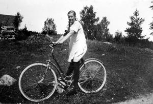 Malmaberg i slutet av 1920-talet. Arrendatorns dotter Therese Larsson har stannat upp inför fotografen som står där Svarvargatan i dag korsar Maskinistgatan.