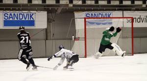 Christoffer Edlund piskar in ett av sina fyra mål mot Sirius. Det blev 11–1 hemma i Göransson Arena.