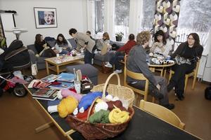 För att eleverna ska få inspiration har läraren Maria Persson lagt upp ett bord med stickbeskrivningar och färdiga exempel.