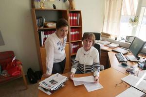 Informatör Ingela Kälvedal och kommunalrådet Gunilla Zetterström Bäcke studerar den risk- och konsekvensanalys som lantmäteriet gjort. En nedläggning innebär bland annat långa resor och sämre arbetsmiljö, men trots det väljer myndigheten att stänga kontoret i Härjedalen.