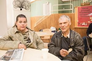 Både Jeanette Gewert och Magnus Eklöf har inte haft råd att betala för tandvård och har fått flera tänder utdragna. Magnus har så få tänder kvar att han ser fram mot att bli helt tandlös.