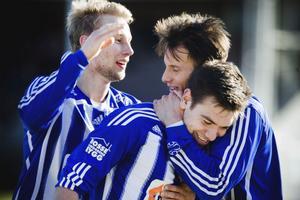 Härligt, kompis!, George Landais gratuleras av Filip Berggren efter sitt 1-0 mål.