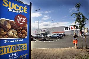 Willys får finna sig att hamna lite i skuggan av den massiva köpstad som växt upp i Hemlingby de senaste veckorna. Men butikschefen Hans Johansson tror stenhårt på läget, nära en vältrafikerad väg och nära flera bostadsområden.
