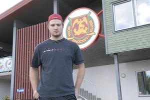 Förre MIK-spelaren Mikael Wikstrand får fortfarande inte spela ishockey i Sverige. Hans NHL-klubb tillåter honom bara spela i AHL.