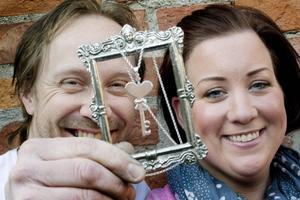Veronica Jansson och guldsmeden Fredrik Wåhlstedt har designat ett smycke, som hyllning till prinsessan Estelle. Silvernyckeln med en gulddetalj kommer att lanseras på Ockelbo vintermarknad i helgen.