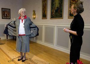 Anna Svensson visar en grå dräkt och en sportig jacka.