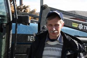 Platschef. Peter Delerud fick inleda arbetsdagen med att införskaffa nya traktorbatterier, igen. Natten till tisdagen stals tre batterier från Väderbackens traktorer.