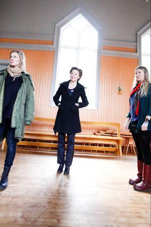 Helena Gezelius, Inger Landerberg och Kristina Ernehed står i Tavnäs församlingshus stora sal. Huset är kallt efter att ha stått tomt under vintern, förhoppningen är att det kommer bli lite varmare i rummen innan det är dags att börja repetera.