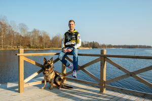 Efter nio säsonger i Dackarna och en i Smederna är Jonsson tillbaka i elitseriesammanhang med Rospiggarna. Här ses han hemma i Ortalalund med sin schäfer Boris.