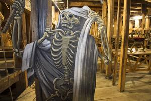 Drottningholmsteaterns scenmaskineri finns både ovanför och under scenen. Med hjälp av rep kan en figur som föreställer Döden hissas upp genom en lucka i scengolvet.