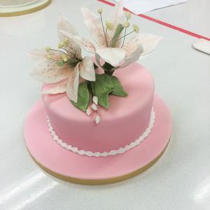 En brittisk fruktkaka kläddmed royal icing och handgjorda blommor i gum paste.