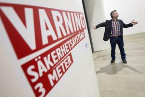Centrumledaren Mikael Bäckström visar stolt upp den nya vindtunneln.
