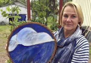 Sanna Seppänen har fortsatt att utforska träets former hemma på gården. Märkena efter sågklingan blev ett moln.