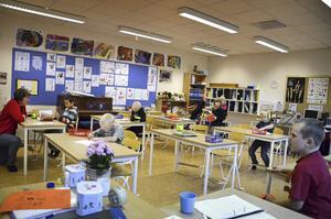 Kanalskolans ettor lär sig om bokstäverna i alfabetet. Deras nya klassrum är både större och ljusare än klassrummen på förra skolan.