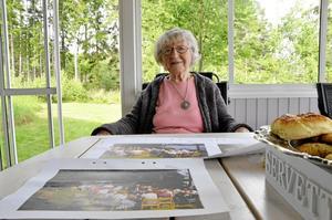 I alla tider. Sonja Fredberg visar hur det såg ut när folk drack kaffe i hennes trädgård på 70-talet. Själv är hon inte med på någon av bilderna. –Nej, jag var nog ute och kokade kaffe, säger hon.