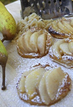 Päron är en härlig frukt, om än något ömtåligare än äpplen. Här låter vi päronen ge smak åt ett busenkelt smördegsflarn glaserat med rörsocker.
