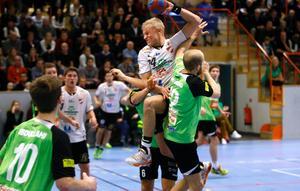 Rimbo HK:s Adam Jernberg försöker stoppa Lugis Hampus Jildenbäck. Gästerna från Skåne vann i Sparbankshallen med 36–31 trots en stark andra halvlek av Rimbo.