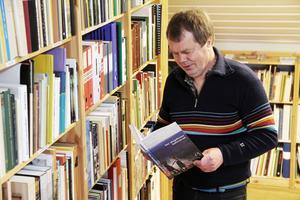 Maths Östberg visar det nya referensbiblioteket på övervåningen. Bokhyllorna är måttbeställda och tillverkade av gymnasieelever som går trätekniskt i Edsbyn.
