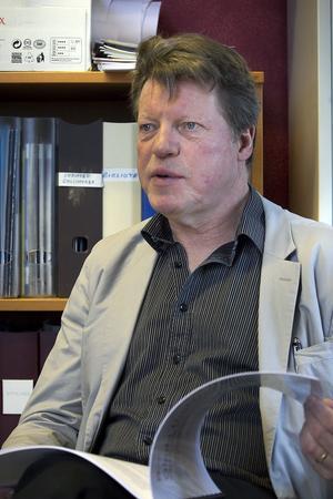 Sten Bunne får kritik för att han valt att åka bort under Kulturskolans hektiska tid.