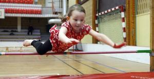 Femåriga Ida Lundin räds inte att ta språnget som höjdhoppare.