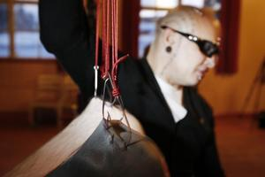 Kunskaper om hygien och fysik är viktiga för den som fäster krokarna vid en suspension. I Östersund fästes krokarna på Robin Färlén av Lukas Zpira.