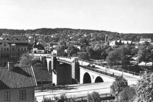 Gamla Klaffbron ritades av arkitekten Ragnar Hjort 1916 och stod klar 1924 då den ombyggda Södertälje kanal invigdes. I vänstra bildkanten syns en del av det så kallade Rimbertska huset som låg vid Lagmansvägen. Det betyder att bilden sannolikt är tagen i början av 1930-talet då man ännu inte påbörjat byggandet av det bostadshus i HSB-regi som stod klar 1936.