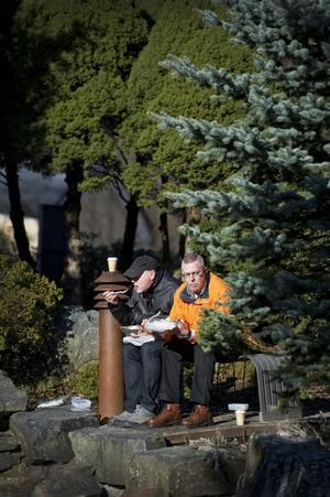 Lunch i det gröna. Gunnar Karlsson och Göran Eriksson åt lunch i en lund i Stadsparken.