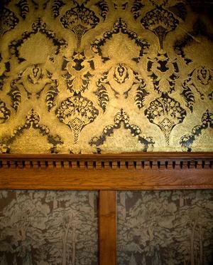 När Pär och Ashlee köpte Villa Svea var den här vackra, gyllene lädertapeten dold av gipsplattor. Tapeten var i ganska risigt skick när de hittade den, men Ashlee har lagt många timmar på att renovera den för hand.