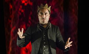 I Özz Nûjens föreställning Rikard III får man följa hans väg från Hertig av Gloucester till att bestiga tronen som den maktgalne kungen.