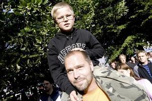 Axel sitter på pappa Niklas Linds axlar och kollar in Amanda Jenssen.Axel: – Bra.Niklas: – Hon är jättebra, det är bra musik och hon har en häftig röst.