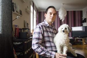Dan Hörning och hunden Smilla hemma i vardagsrummet i Söderhamn. Det är här det mesta arbetet görs även om inspelningarna för det mesta sker i Stockholm.