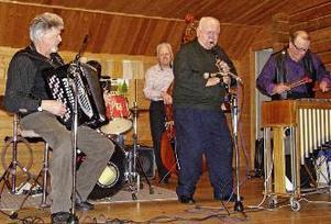 Musikanter vid jazzkvällen var från vänster Bo Eklund, Berndt Iggström, Sven-Ivar Jonsson och Bo Andersson. Bakom trummorna Jörgen Eklund.