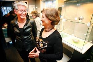 Silversmed Kerstin Öhlin Lejonklou och guldsmed Lena Olofsson har arbetat tillsammans i 25 år.Foto: Denny Calvo