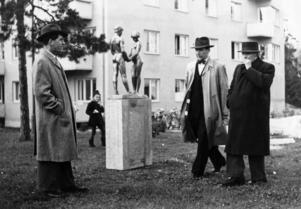 Det allra första offentliga konstverket i Nynäshamn placerades på Höjdgatan. Mannen till vänster är Sven Hedqvist, riksdagsman och stadsfullmäktiges ordförande i Nynäshamn. Längst till höger skulptören, professor Carl Eldh.