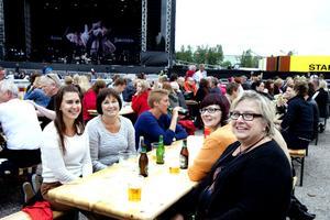 Jennie Kihlström och hennes mamma Anki Kihlström, Birgitta Söderström och Elisabet Udd hade åkt från Söderhamn för att se idolen Lars Winnerbäck.