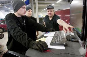 Johan Eriksson och Emil Lodén instrueras av läraren Hasse Dahlström vid den nyinköpta hjulinställningsapparaten.