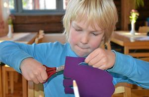 Papperselefant som strax ska ombord. Koncentration är viktigt när man klipper. Frej Söderberg är koncentrerad.