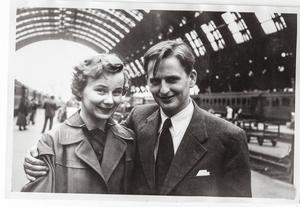 Olof och Lisbet Palme gifte sig i Svenska kyrkan i Köpenhamn den 9 juni 1956. Bröllopsresan gick söderut. Här har de kommit till Milano där de blev fotograferade på järnvägsstationen. Resans mål var Rom.   Foto: Privat