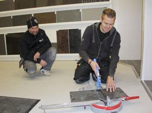 Dan Mattsson och Roger Tång ligger i för att öppna DR Kakel under torsdagen.