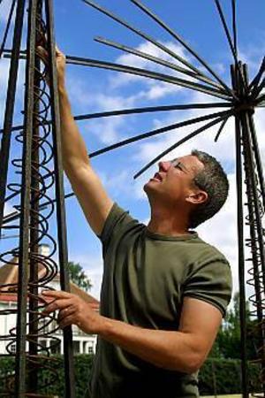 Foto: TERESE PERMAN Klart för invigning. Vi ville göra något världen aldrig sett, och det har vi gjort, säger trädgårdsmästaren Lars Krantz. I dag invigs hans skapelse rosträdgården vid Trädgårdens hus i Wij i Ockelbo.