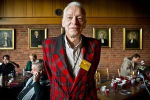 Knut Fischer hjälper till som volontär hos Svenska kyrkan.
