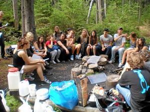 Vänner slåss inte. Ett av Lions uppdrag är att arrangera ungdomsläger över kulturgränserna. Här en bild från ett internationellt läger i fjol då deltagarna gick på vandring i Dovradalen.