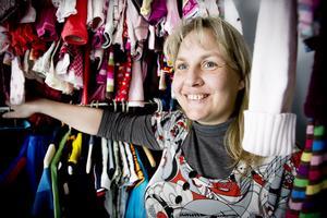 Malin Arvidsson öppnade på lördagen butiken Urväxt. Där säljer hon barnkläder och dylikt som folk lämnat in till henne.