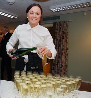 Emelie Arkeberg hade många flaskor med skumpa att hälla upp.