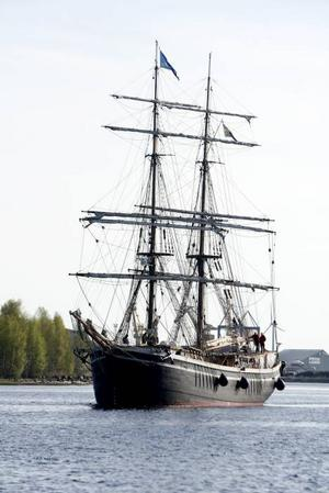 Fast på sandbank. Besättningen på Gerda hade inte blivit informerad om att vattendjupet hade ändrats under nattens blåsväder då sand blåst in mellan pirarna i Mörbylånga hamn.