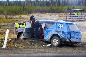 Här tog det stopp i tävlingen för Daniel Eckeskog, Ånge, som kliver ur och ger upp heatet.