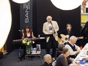 Bernt-Olov Andersson bev ackompanjerad av dottern Linnéa Andersson på piano och sonen Jonas Rönnander på gitarr.