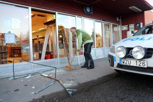 Icahandlaren Peter Eriksson i Hede städar upp efter tobakstjuvarna