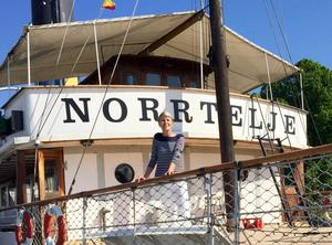 hemkär. Christina är väl förankrad i Norrtälje. Både kusinen Kickan Losell och farbror Axel Ericsson var redaktörer på NT.